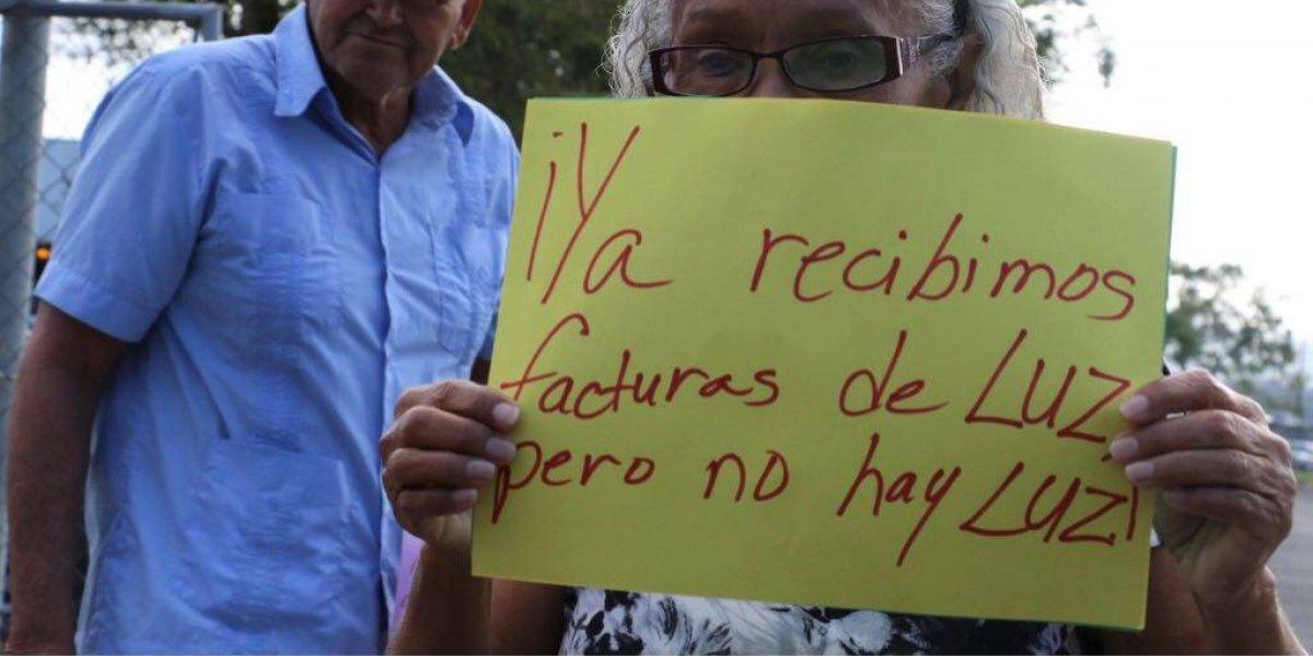 Residentes de Cayey protestan frente a oficina de la AEE