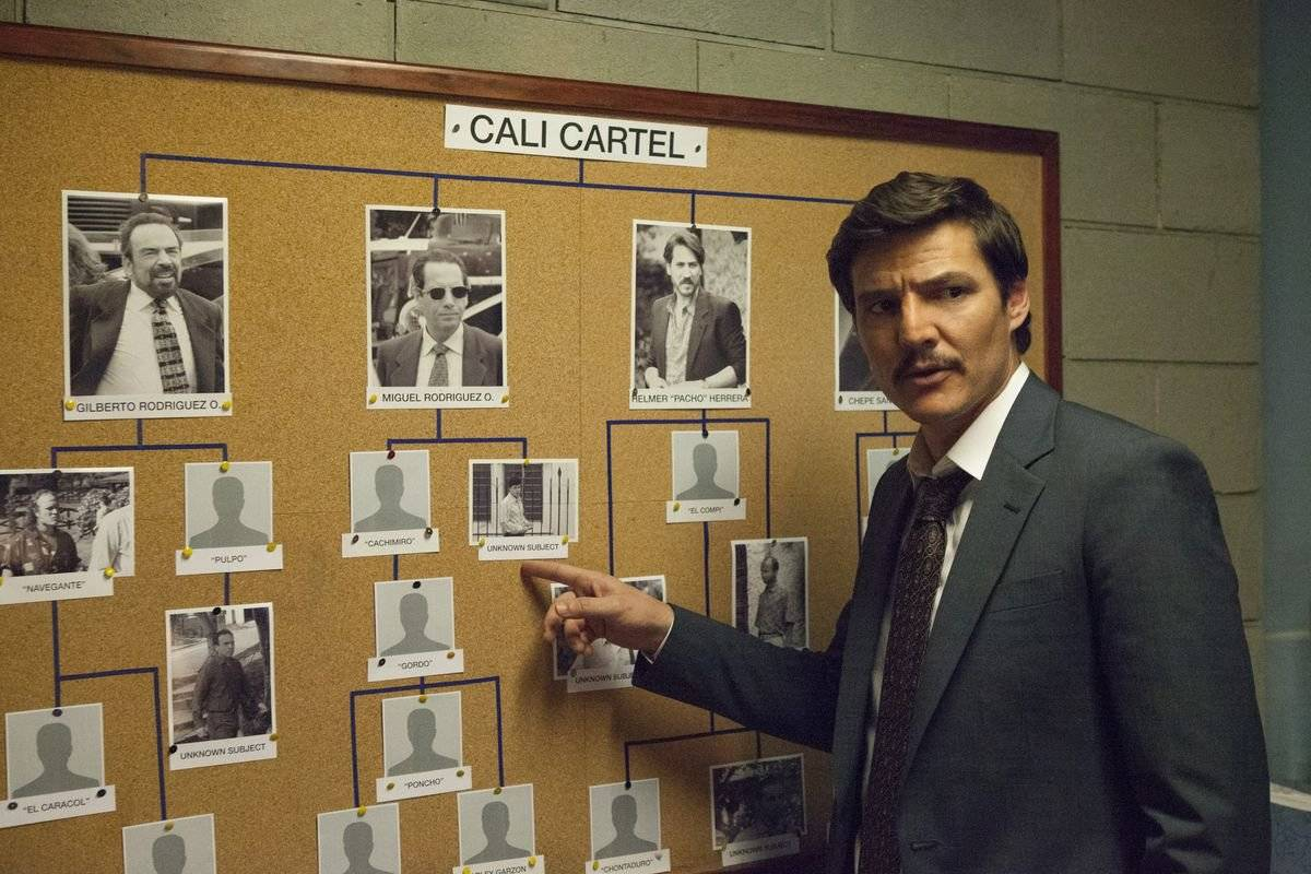 """""""Narcos"""". Apesar de ter muita coisa falada em inglês, a trama tem bastante coisa em espanhol, pois acompanha agentes policiais em busca de traficantes na Colômbia / Reprodução"""