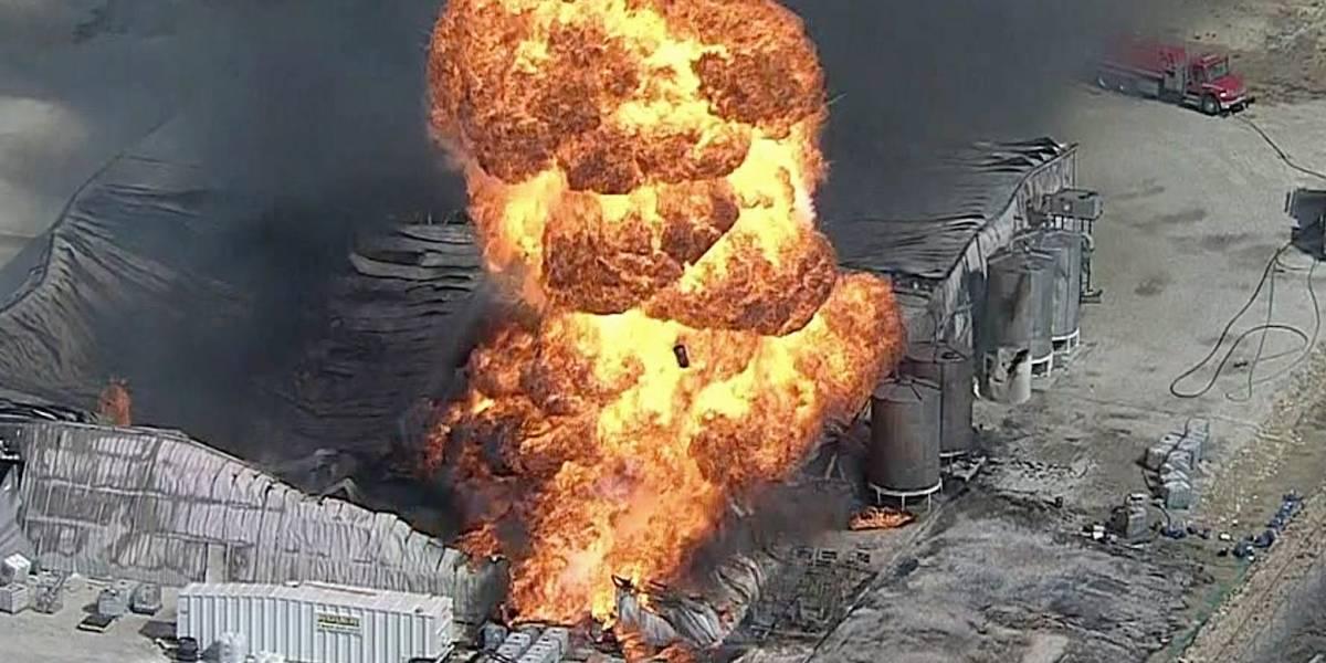Gases obstruyen labor de bomberos en incendio en Texas
