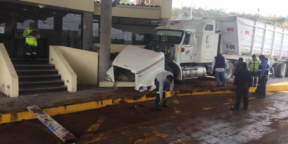 Tráiler se impacta contra caseta en Nuevo León