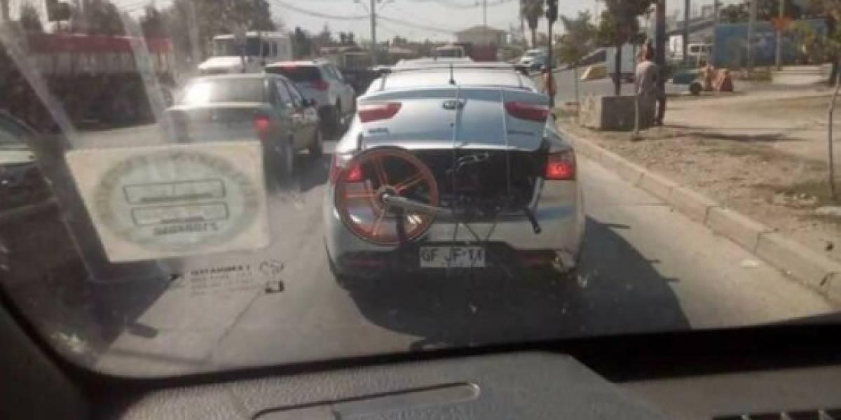 """""""¿Qué hace este auto con una Mobike en la maleta?"""": el nuevo caso que desespera a Lavín por el mal uso de las bicicletas"""