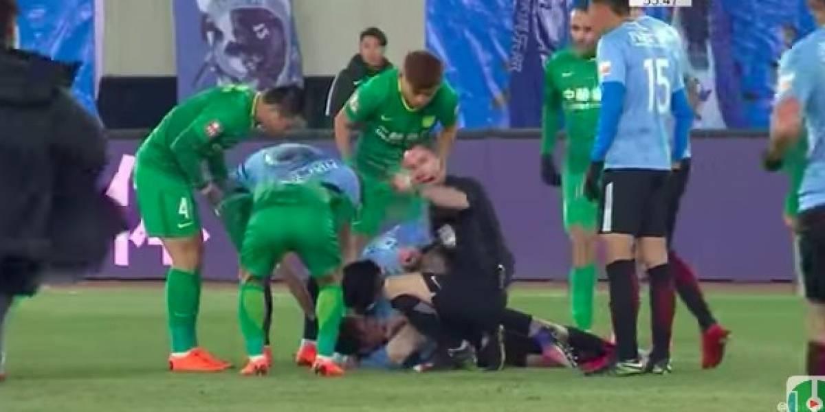 VIDEO: Futbolista sufre conmoción cerebral en pleno partido
