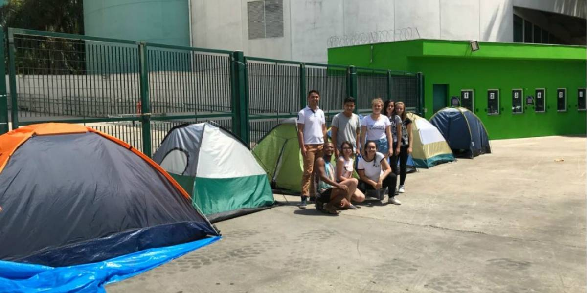 Para ver Katy Perry, fãs acampam há mais de um mês em SP