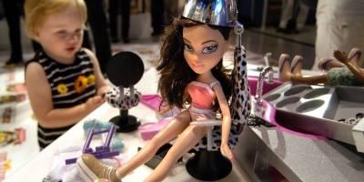 Una muñeca 'Radio Disney Pop Dreamer' es presentada en los premios anuales del juguete, celebrada en la tienda Toys 'R' Us en Times Square, el 3 de octubre de 2002 en Nueva York.