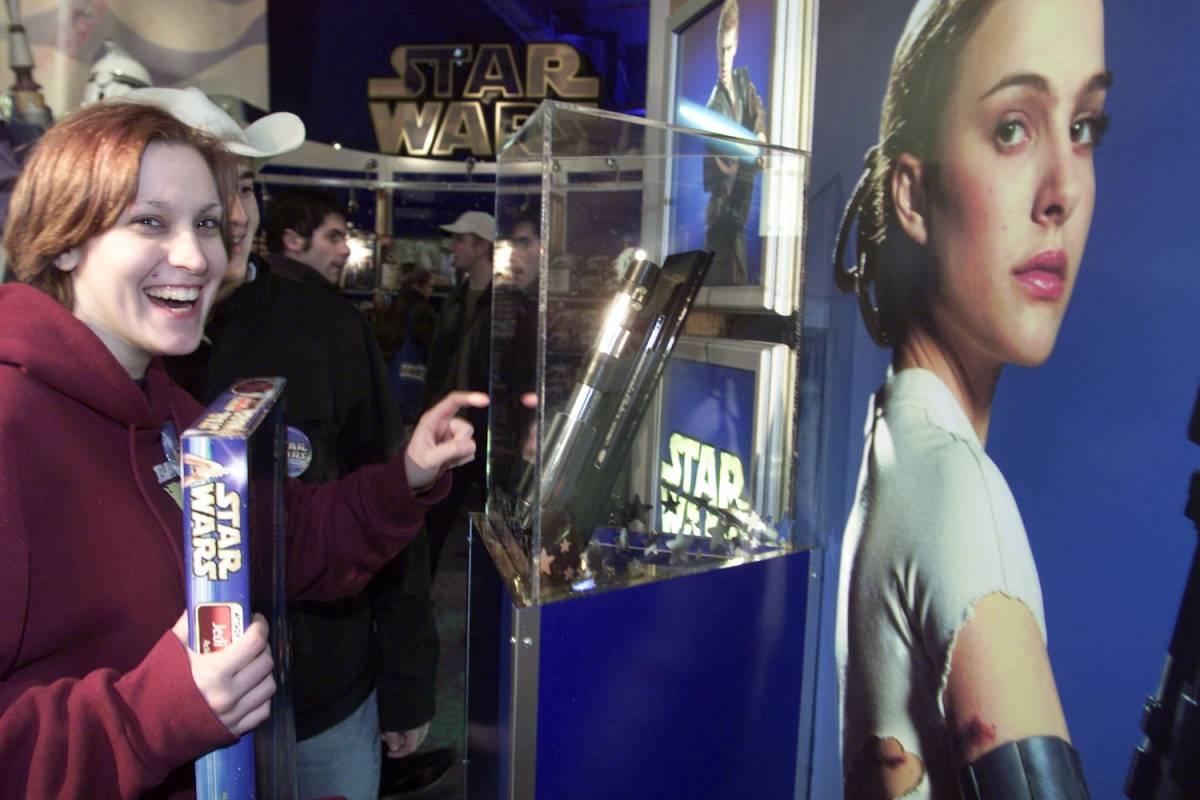 Presentación de la película Star Wars: Episodio II, la medianoche del 23 de abril de 2002 en la tienda Toys R Us en Times Square Foto: Getty Images
