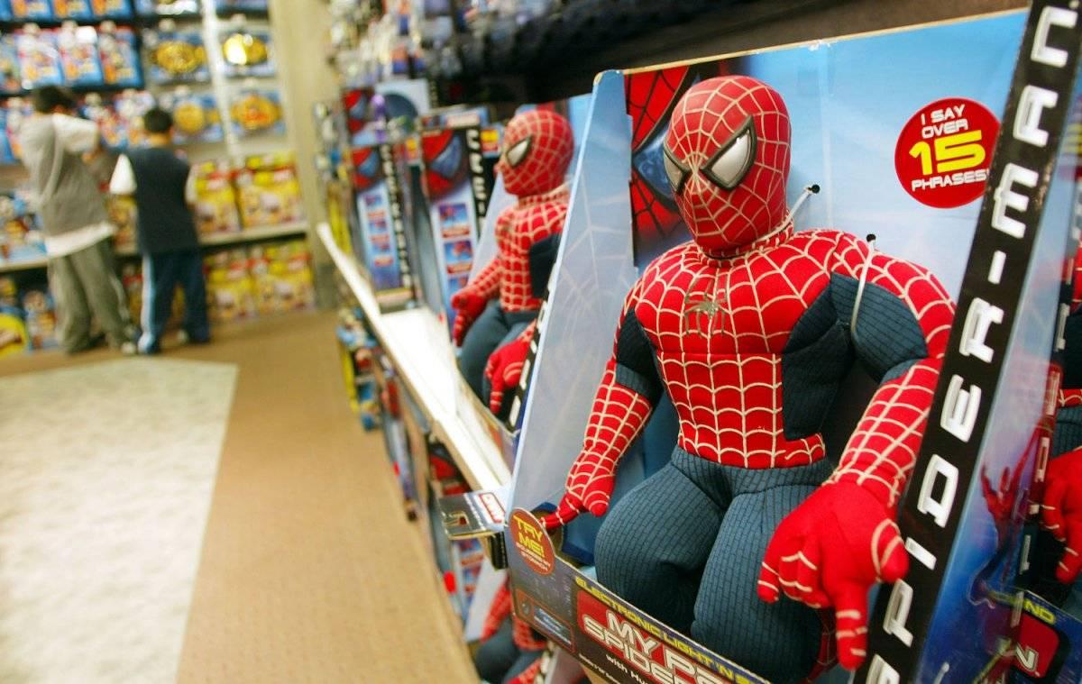 Juguetes de Spider-Man en los estantes de una tienda Toys-R-Us el 7 de mayo de 2002. La película Spider-Man fue la primera en alcanzar los 100 millones de dólares en su primer fin de semana. Foto: Getty Images
