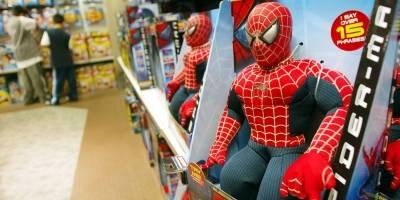 Juguetes de 'Spider-Man' en los estantes de una tienda Toys-R-Us el 7 de mayo de 2002. La película 'Spider-Man' fue la primera en alcanzar los 100 millones de dólares en su primer fin de semana.