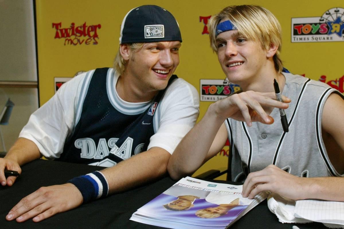Nick Carter (izquierda), miembro de la banda de Backstreet Boy, se une a su hermano menor Aaron para firmar autógrafos en la tienda Toys R Us en Times Square, Nueva York, el 6 de septiembre de 2003 Foto: Getty Images