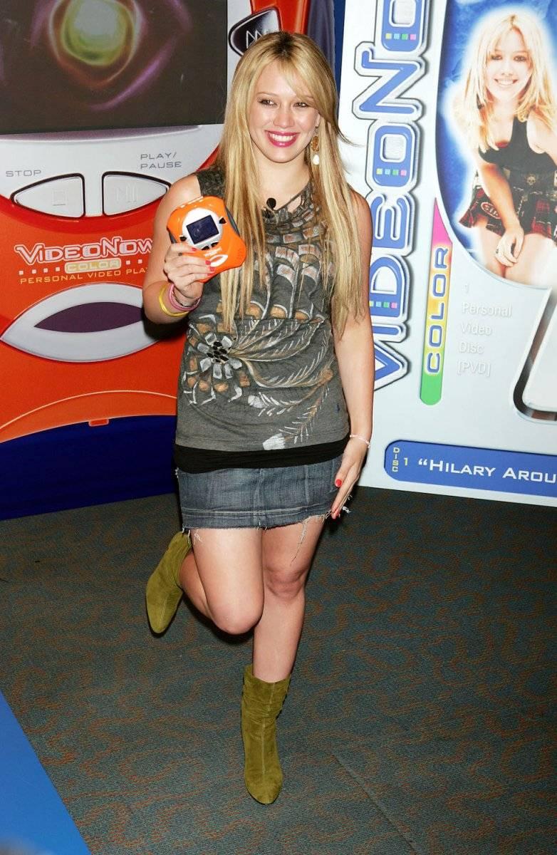 Hilary Duff posa para en la presentación del reproductor de video Hasbro Videonow Color, en Toys R Us 15 de julio de 2004 Foto: Getty Images