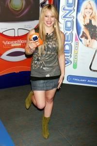 """Hilary Duff posa para en la presentación del reproductor de video """"Hasbros Videonow Color"""", en Toys R Us 15 de julio de 2004"""