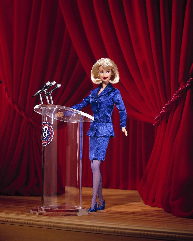 En el año 2000, Toys R Us presentó una plataforma con Barbie en la que desarrollaron la muñeca versión presidente. Foto: Getty Images