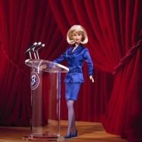 """En el año 2000, Toys R Us presentó una plataforma con Barbie en la que desarrollaron la muñeca """"versión presidente"""". Era un movimiento nacional destinado a inspirar a los jóvenes a educarse sobre su derecho a votar y a enfatizar la importancia de la mujer"""