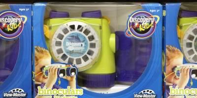 Un nuevo modelo de View-Master '3-D Viewer' con binoculares se exhibe el 21 de julio de 2004 en una tienda Toys-R-Us en Niles, Illinois.