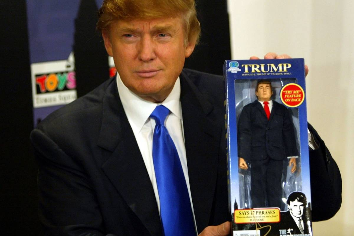 El 29 de septiembre de 2004, Donald Trump -entonces una celebridad de televisión- presentó su muñeco de acción del programa The Apprentice. Foto: Getty Images