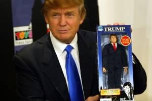"""El 29 de septiembre de 2004, Donald Trump -entonces una celebridad de televisión- presentó su 'muñeco de acción' del programa The Apprentice. Tenía frases pregrabadas, incluyendo """"¡Estás despedido!""""."""