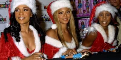 Kelly Rowland, Beyonce Knowles y Michelle Williams, integrantes de Destiny's Child, presentan sus muñecas en la tienda Toys 'R' Us el 27 de noviembre de 2001