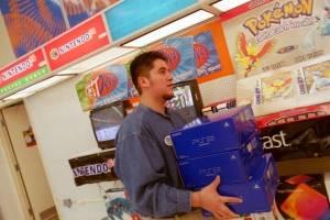 Un empleado de Toys R Us lleva cajas de la nueva consola de videojuegos Sony PlayStation 2 el 26 de octubre de 2000 en El Paso, Texas.