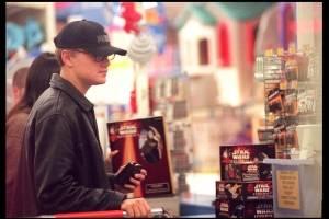 Leonardo Di Caprio fue captado en 1999 comprando en Toys R Us