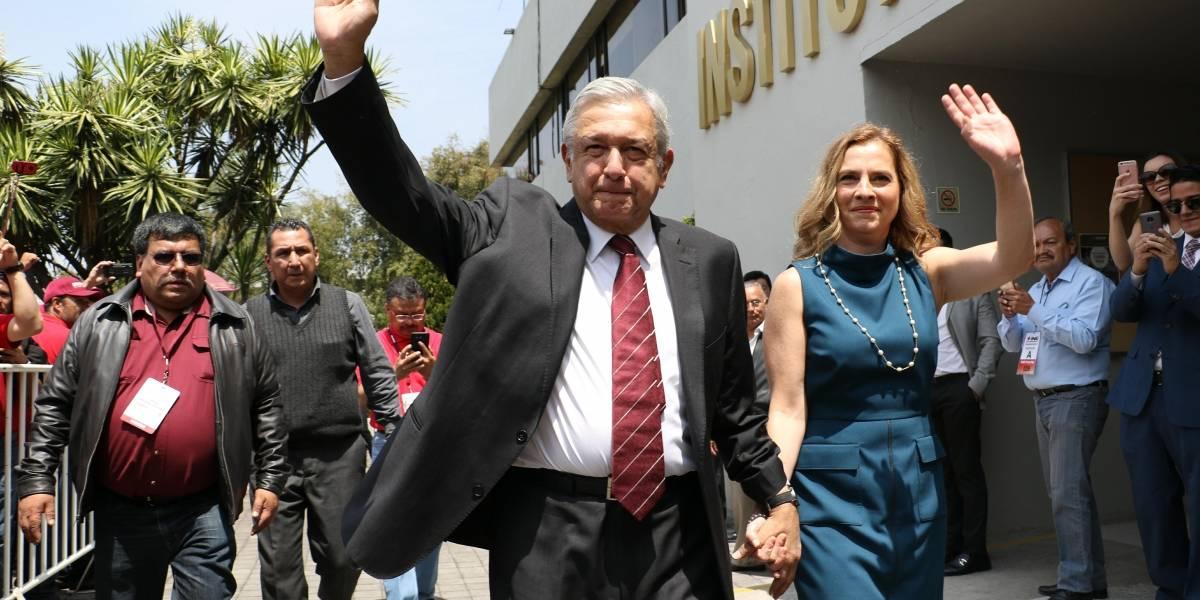 López Obrador solicita su registro como candidato a la presidencia ante el INE