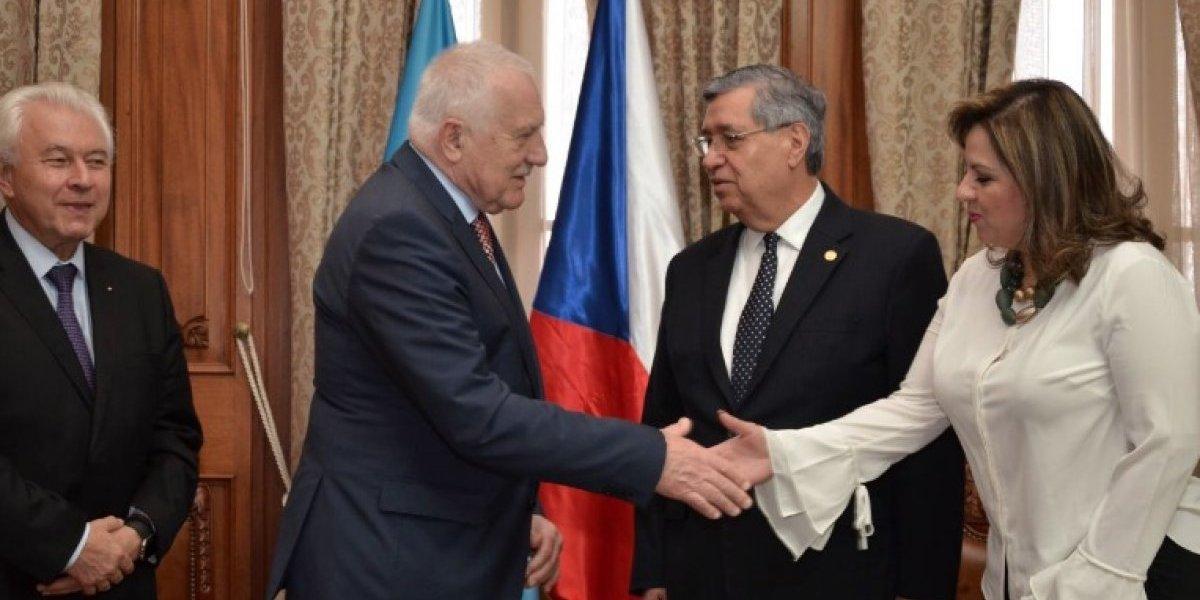"""Ejecutivo invita a expresidente checo y usuarios critican y le recuerdan el """"truco del lapicero"""""""