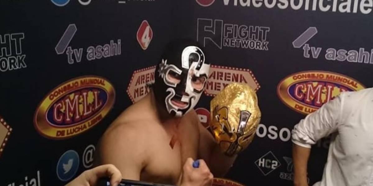 VIDEO: Cuatrero le quita la máscara al Ángel de Oro en Homenaje a Dos Leyendas