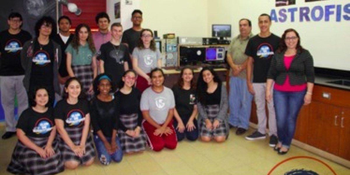Maestra felicita a sus estudiantes por ser parte de club científico