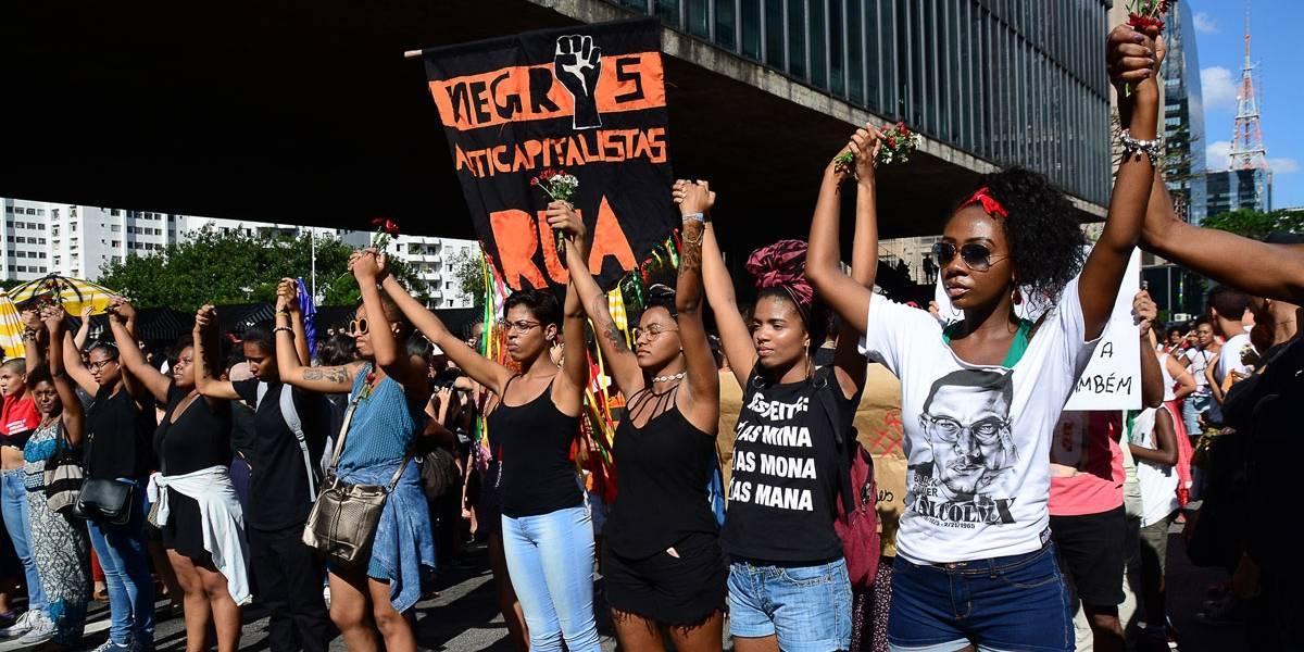 Ato na Paulista homenageia Marielle e critica intervenção no Rio
