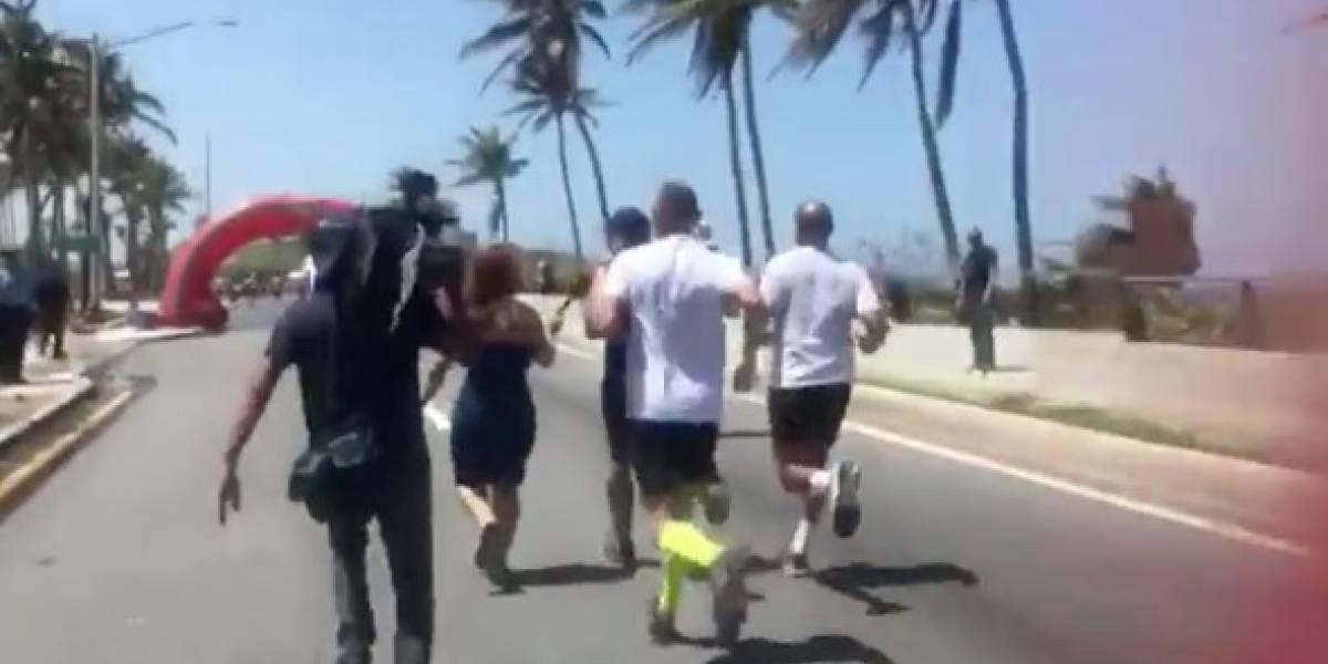 Reportera entrevista a Rosselló corriendo junto a él en el Ironman