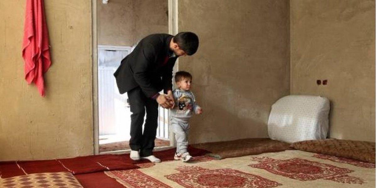 """Familia de Afganistán nombra a su hijo """"Donald Trump"""" para atraerle fortuna y los desalojan de su casa"""