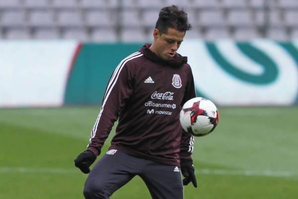9714aa8a017d3  Chicharito  Hernández porta la playera de la selección mexicana con orgullo