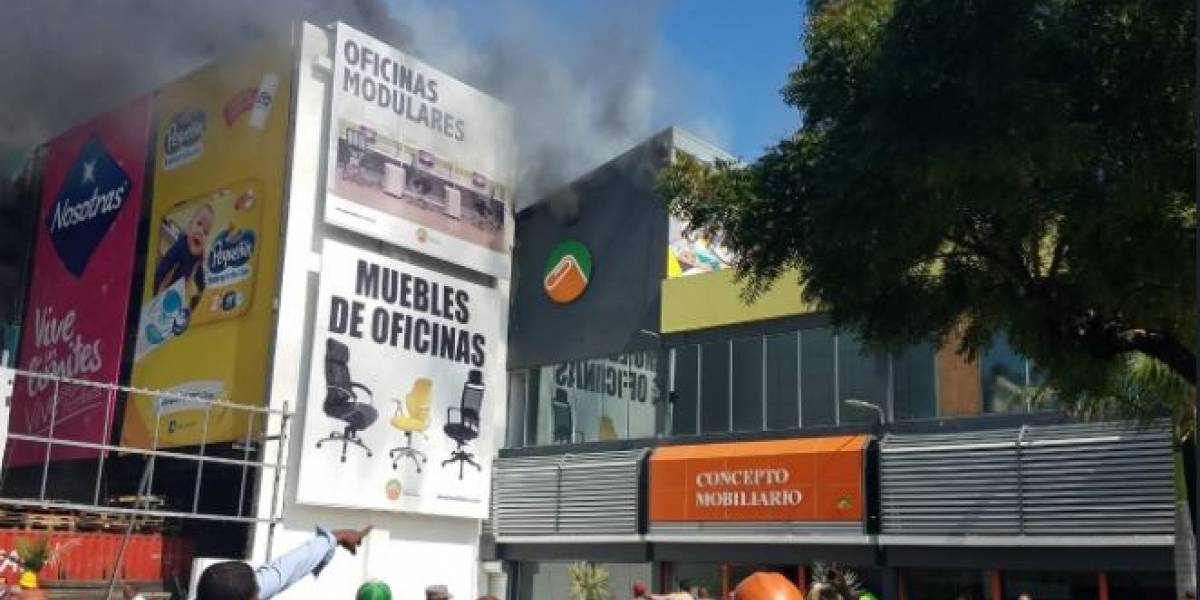 Video: Reportan incendio en Almacenes Jerez en el 8 1/2 de la carretera Sánchez