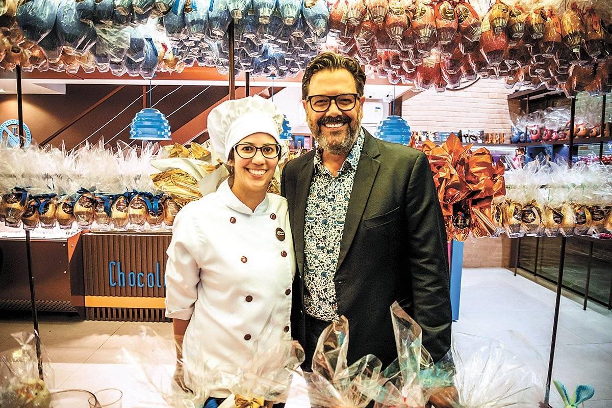 A chocolatier Paola Ceolin com Orlando Glingani, em noite degustação de Páscoa na loja conceito da Espírito Cacau, no Shopping Day By Day, na Praia do Canto