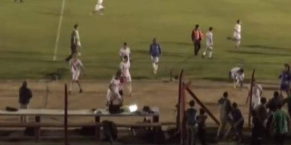 VIDEO: Jugador lanza laptop en pleno partido de futbol