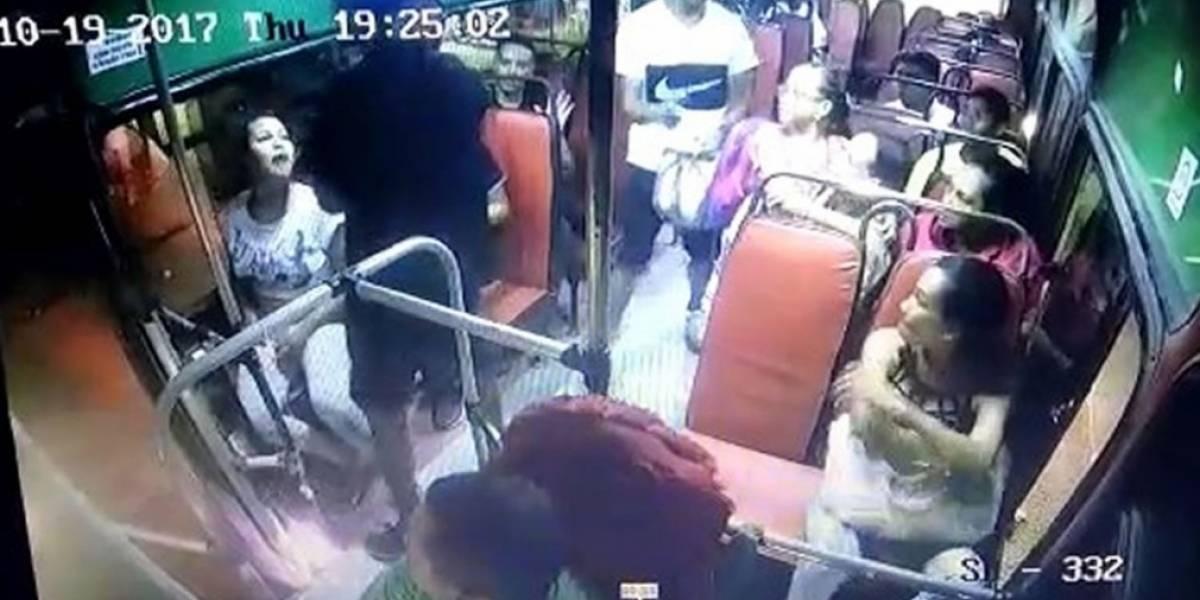 Pasajero mata a un ladrón en un bus de servicio público