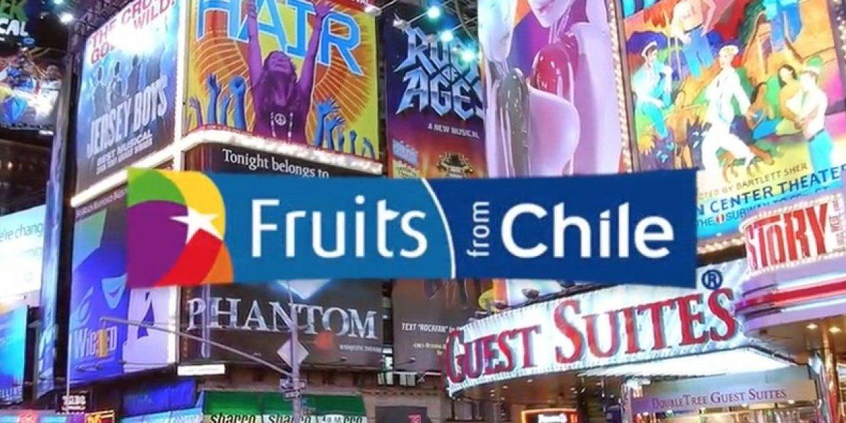 Fruta chilena tienta a los transeuntes de Times Square en Nueva York