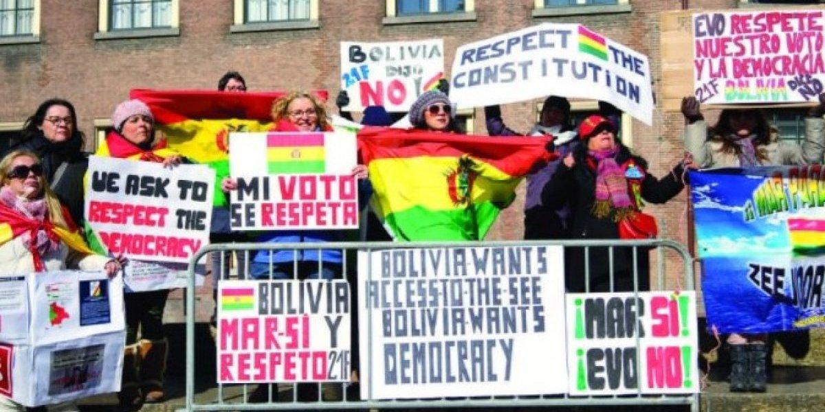 Le salió el tiro por la culata a Evo: llamó a bolivianos a manifestarse en La Haya y llegaron con carteles en su contra