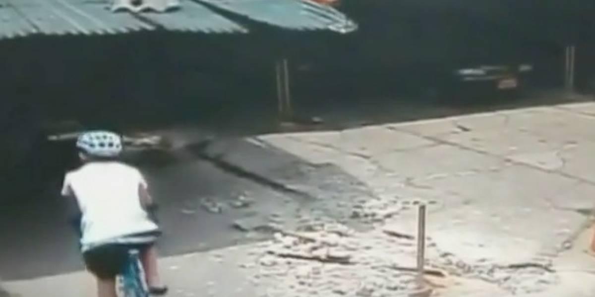 Revelan el momento en que supuesto ladrón de bicicleta de Óscar Sevilla la deja en parqueadero