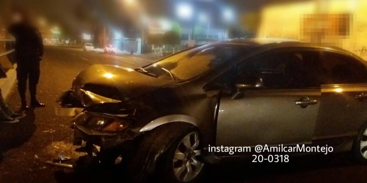 Conductor aparentemente ebrio se queda dormido dentro de su vehículo colisionado
