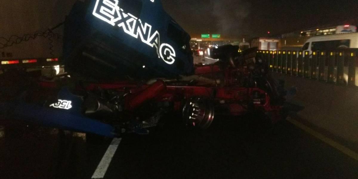 Aparatoso accidente de tráiler deja varios lesionados en la México-Puebla