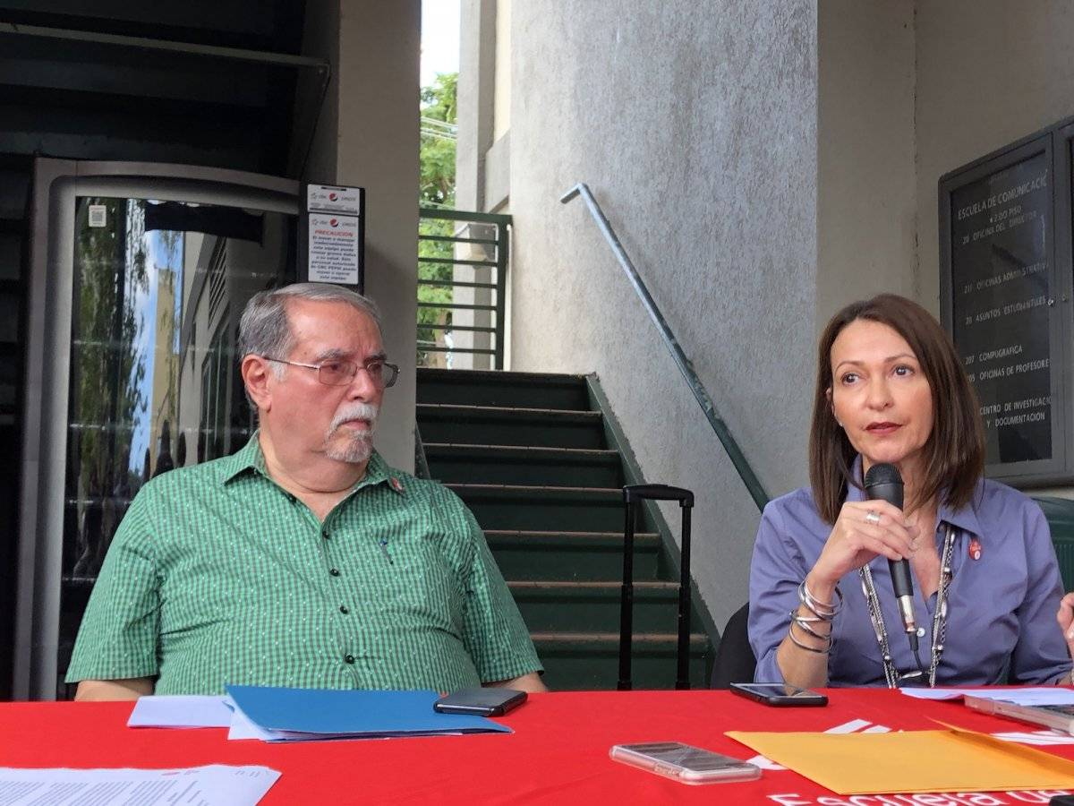 En la foto, el profesor de la concentración de Audiovisual, Rafael Gracia Machica (derecha), y la profesora Lourdes Lugo-Ortiz. / Foto: David Cordero