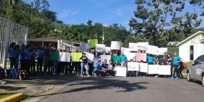 Paralizan escuela en Naranjito por maestros desplazados
