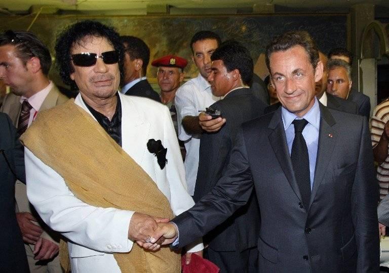 Muamar Gadafi y Nicolas Sarkozy en 2007