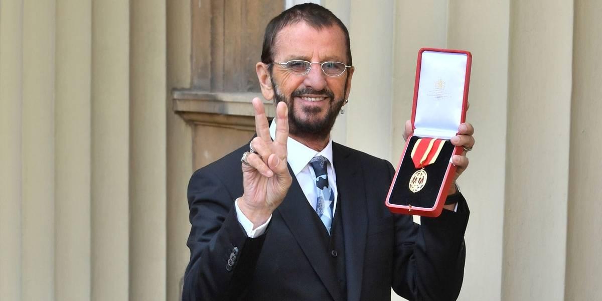 Ringo Starr é condecorado como cavaleiro de Buckingham pelo Príncipe William