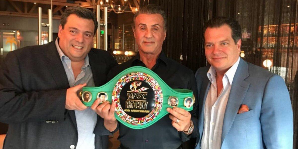 CMB regala cinturón especial a Sylvester Stallone por 40 aniversario del estreno de Rocky