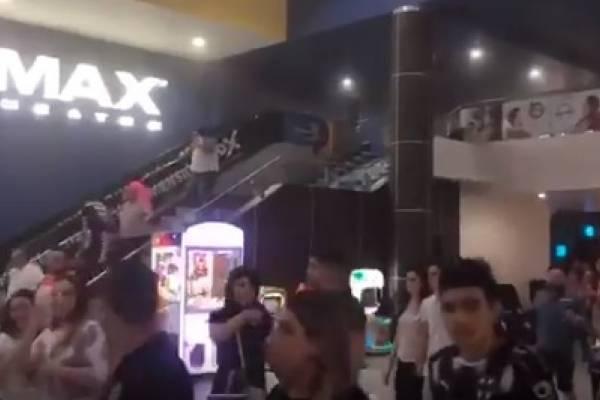 Hombre atropella a cinco personas en mercado; 2 son bebés