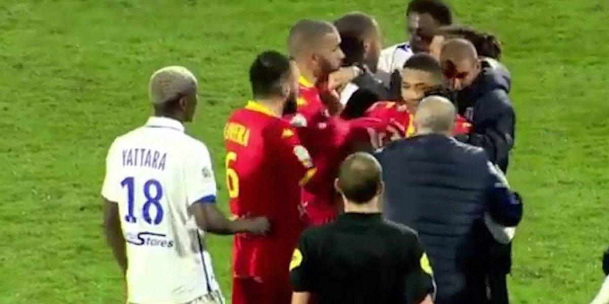 Compañeros de futbol se pelean en pleno partido