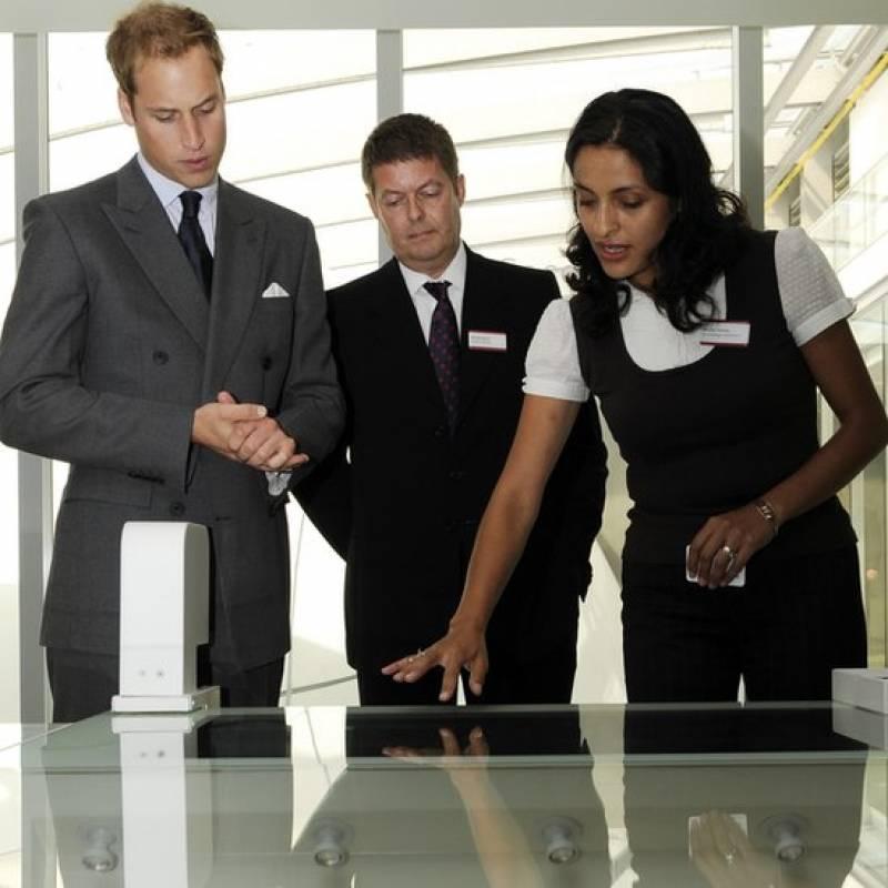 Huertas le mostró un catálogo interactivo de mariposas al príncipe William de Inglaterra durante una visita al Museo de Historia Natural de Londres en 2009. Getty Images