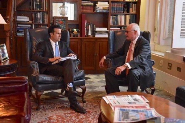 El gobernador Ricardo Rosselló se reunió esta mañana con el nuevo director ejecutivo de la AEE, Walter Higgins. / Foto: Facebook @Ricardo Rosselló