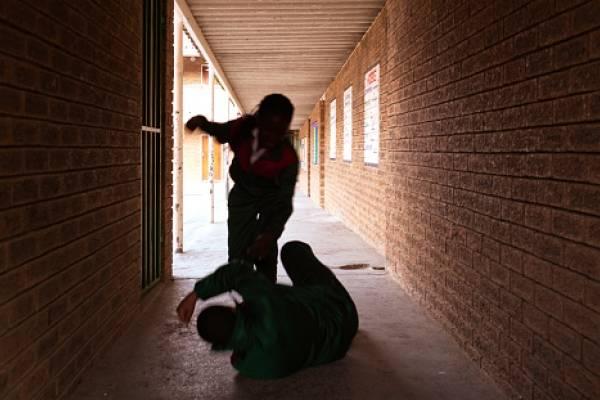 Registran brutal golpiza a una escolar, propinada por padres de otra alumna — YouTube