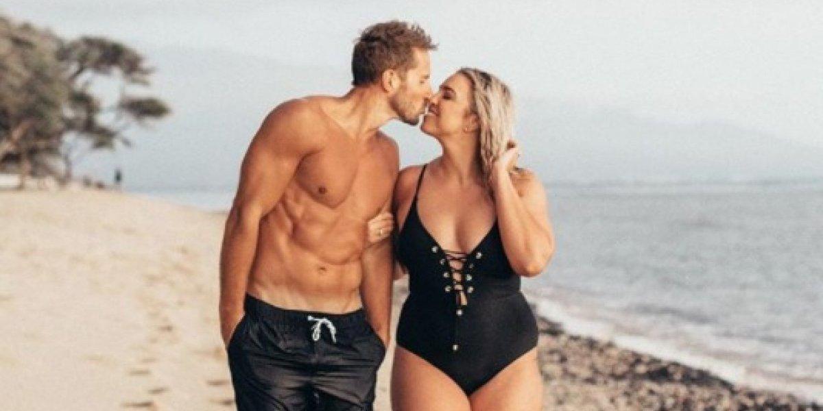 """""""Una mujer como tú no merece ese hombre"""": la criticaron por una foto romántica con su escultural esposo y su épica respuesta se volvió viral"""